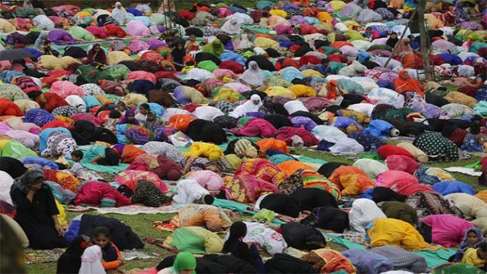 ঈদের নামাজ আদায় করছেন কাশ্মীরি জনগণ। (ছবিসূত্র : দ্য ইন্ডিয়া টিভি)