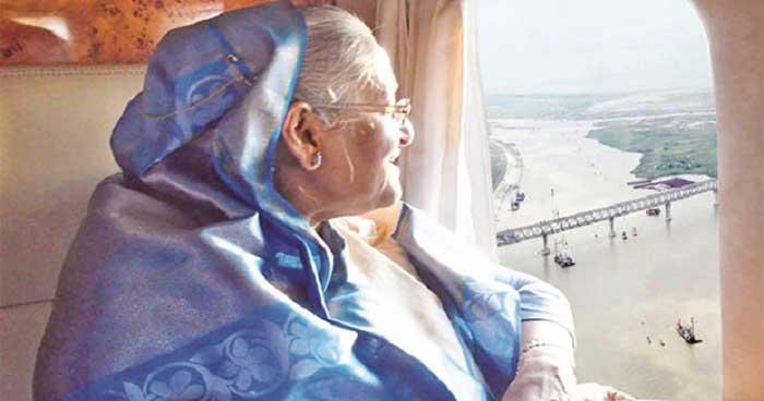 ২০১৮ সালের ১৪ ডিসেম্বর হেলিকপ্টার থেকে পদ্মাসেতুর নির্মাণ কাজ দেখেন প্রধানমন্ত্রী শেখ হাসিনা। ছবি: সংগ্রহ